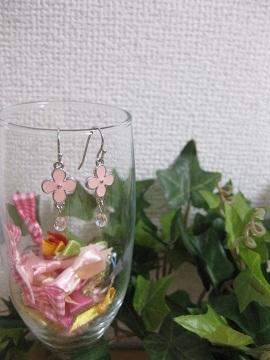 ピンクの小さなお花とチェコビーズのピアス