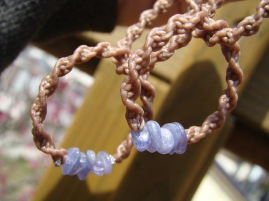 天然石タンザナイトのマクラメ編みピアス