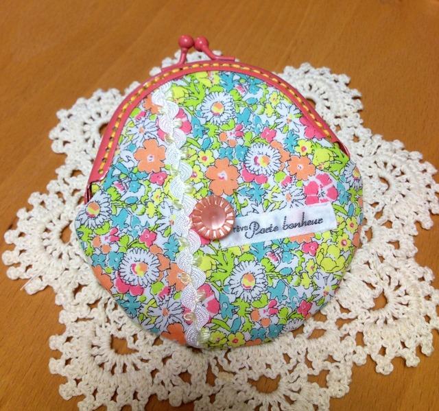 コーラルピンク口金 飾りボタン付花柄がま口