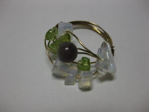 天然石いっぱいのグリーンの指輪