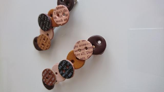 レザーボタンのヘアクリップ バレッタ 革