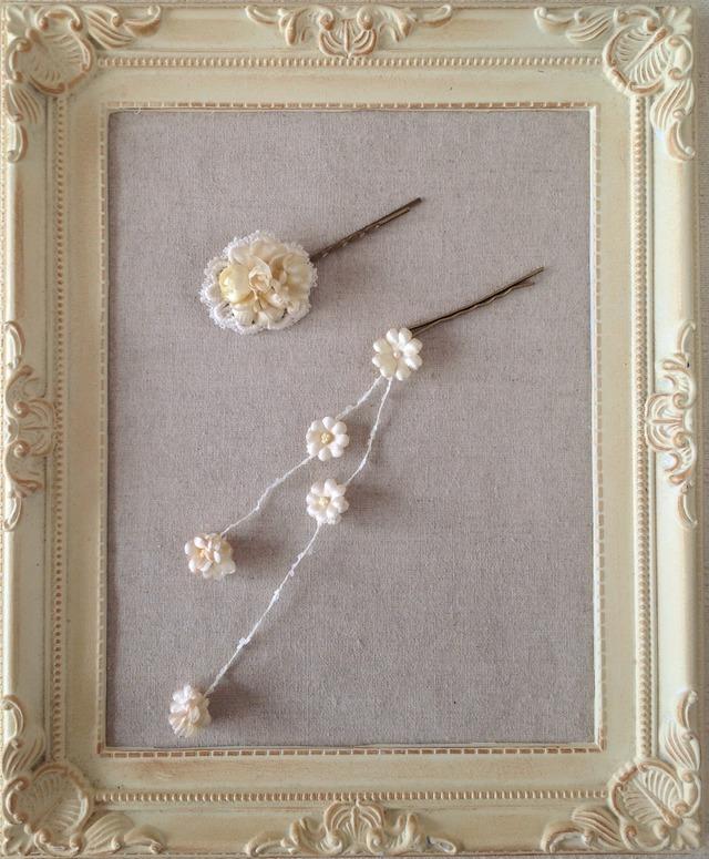 サテンの染め花のガーランド付きへアピン(オフホワイト)