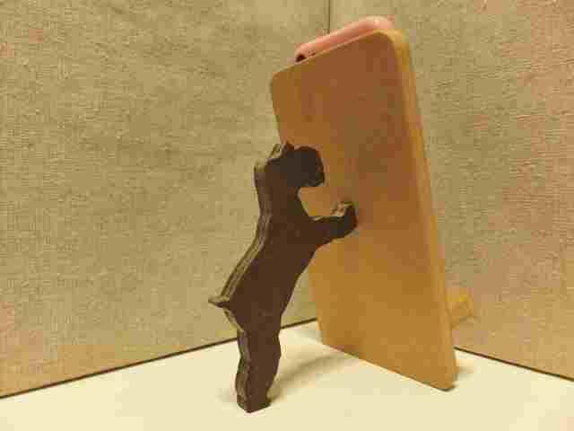 ミニチュアシュナウザーが支える携帯・...