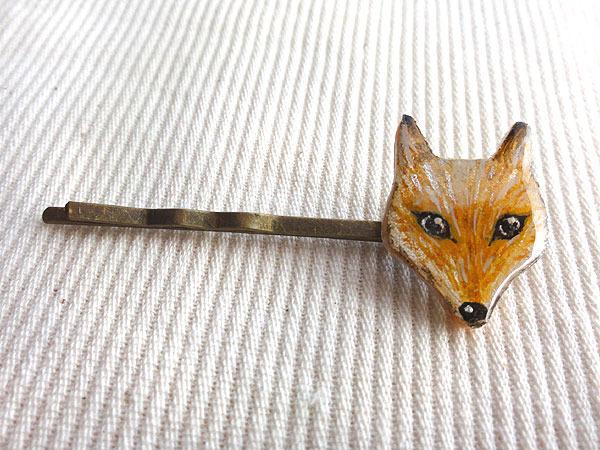 木でできた狐ヘアピン