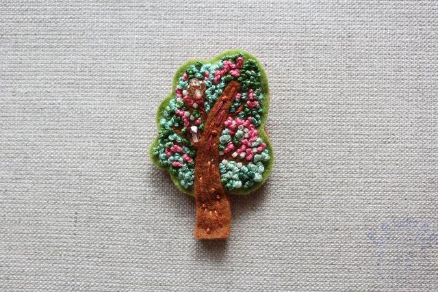 木のブローチ さるすべり