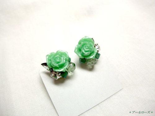 緑薔薇とラインストーンのスタッドピアス