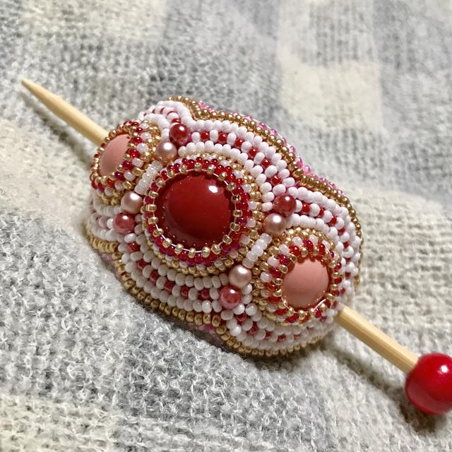赤いビーズ刺繍のマジェステ
