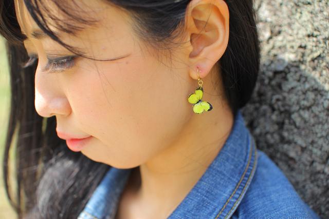 黄色い蝶々のヒラヒラピアス