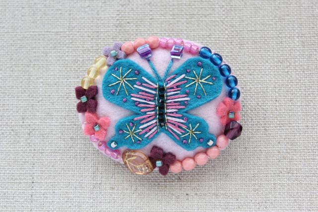 花とパピヨンのオーバルブローチ ピンク