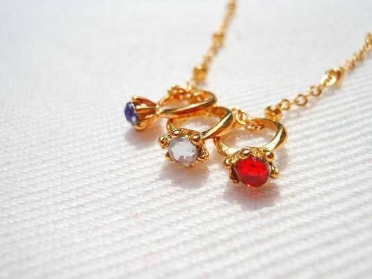 Tricolore 小さな指輪の金色ネックレス