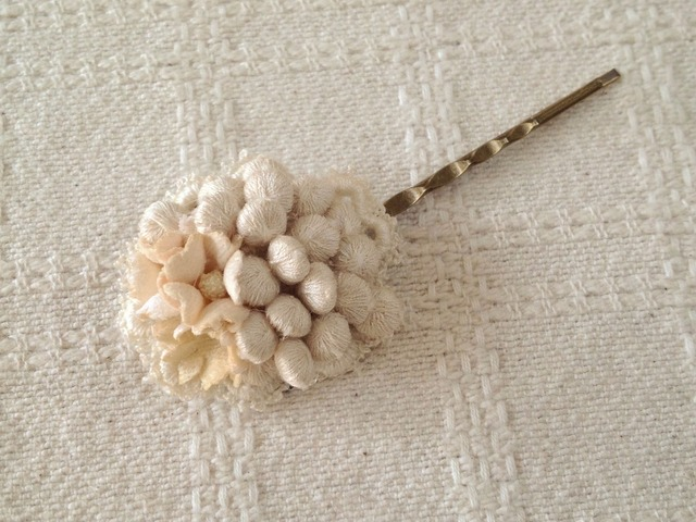 染め花とつぶつぶレースのヘアピン(オフホワイト)