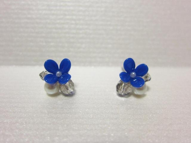 青い花とグレーのガラスビーズ