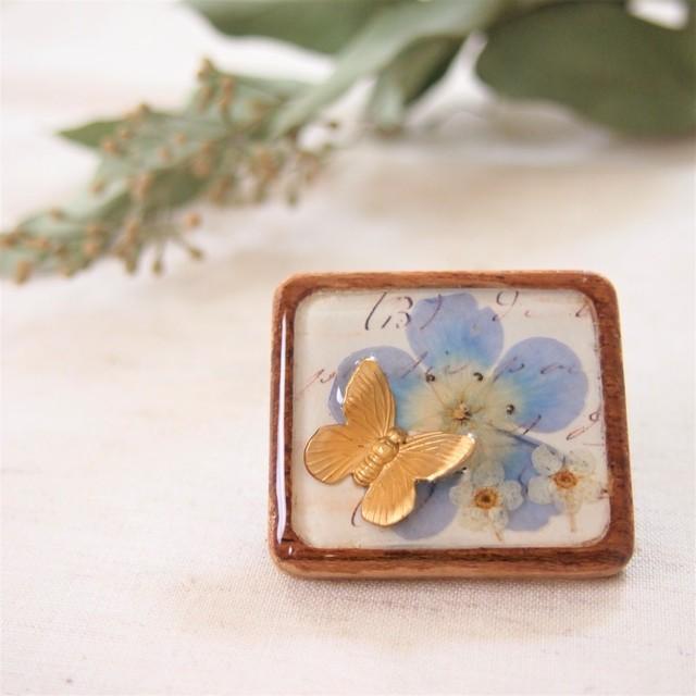 ネモフィラのお花にとまったちょうちょの木製ブローチ