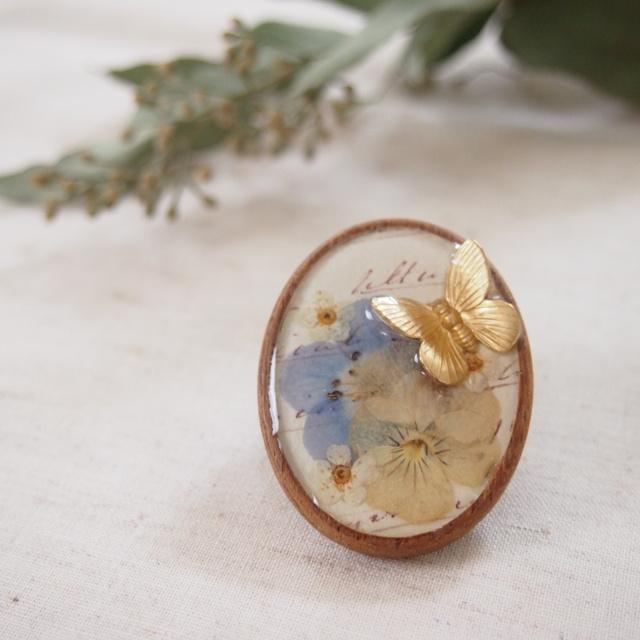 お花にとまった蝶の木製ブローチ