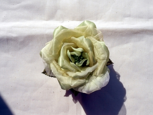 黄緑色のバラコサージュ・ヘアアクセサリー