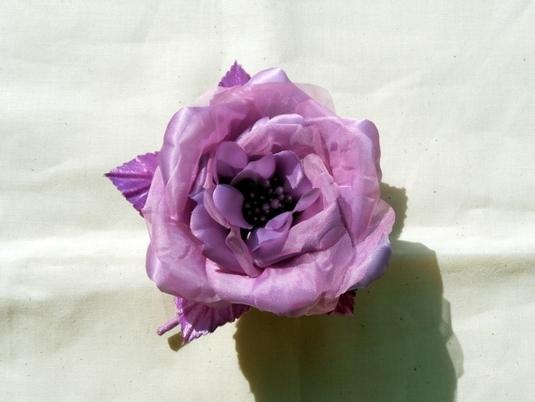 紫色のバラコサージュ・ヘアアクセサリー