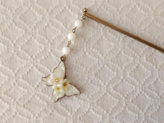 染め花を樹脂加工した小花と蝶のかんざし(ホワイト&レッド)