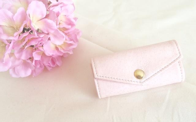 淡いピンク色のキーケース
