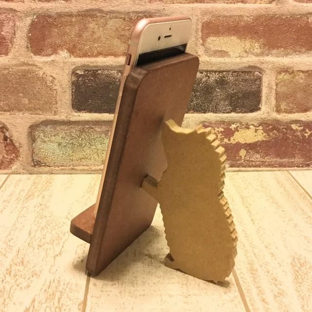ハリネズミが支える携帯・スマホスタンド
