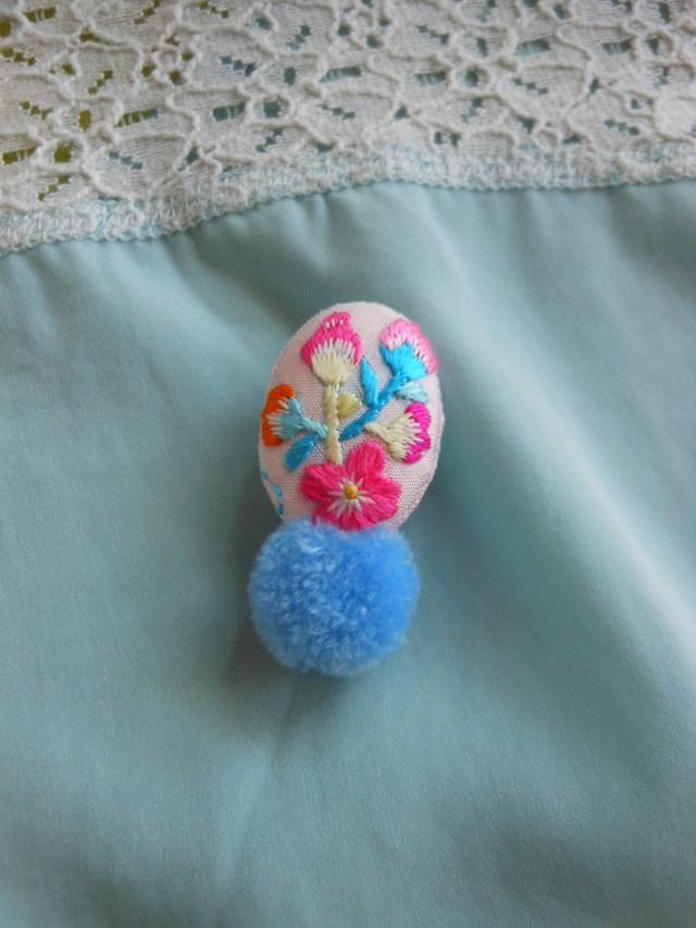 小さなお花の空色ブローチ