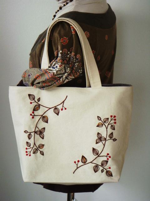 手刺繍♪赤い実の唐草模様のトートバッグ(ビーズ付)★