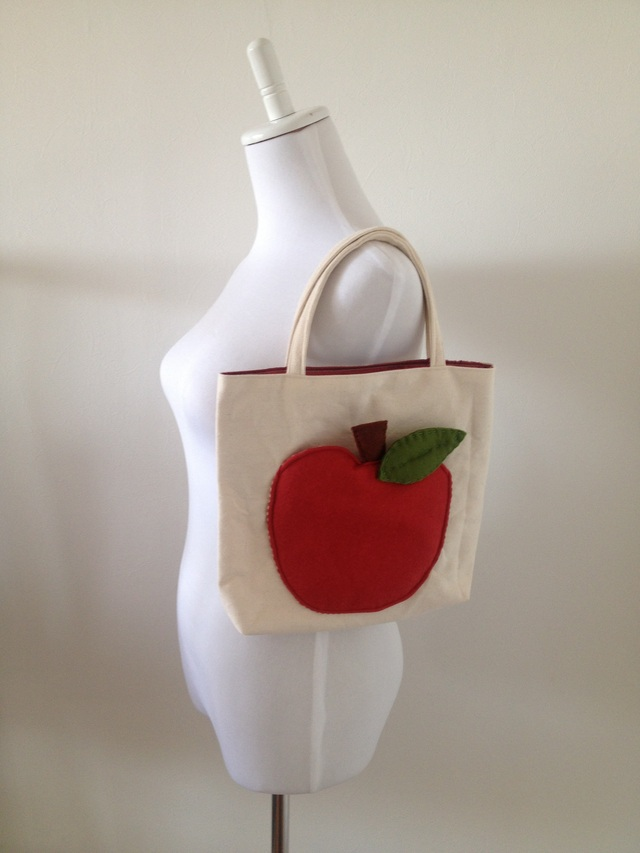 りんごのトートバッグ