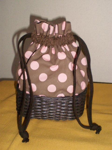 おしゃれなピンクの水玉模様の巾着