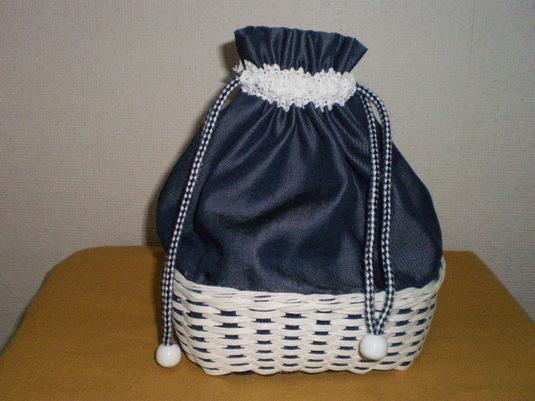 白と紺色のさわやかな巾着