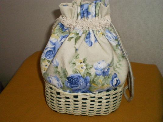 ブルーのバラ模様の巾着
