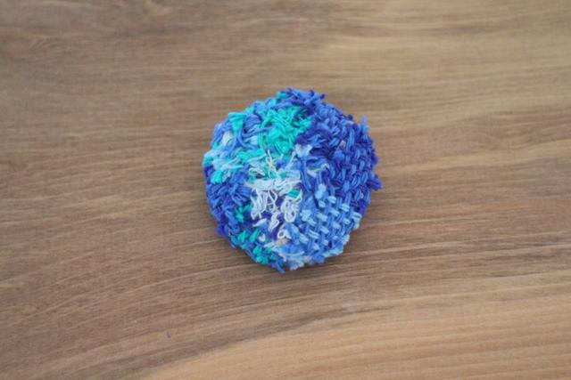 手織り布のブローチ ブルー