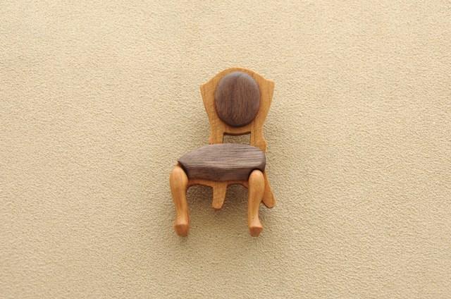 猫足の椅子のブローチ