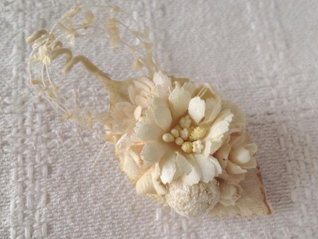染め花とドライの木の実のミニ2way(葉付き、オフホワイト)