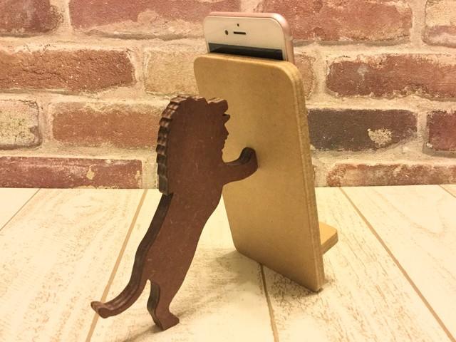 ライオンが支える携帯・スマホスタンド