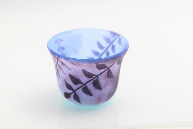 藤の花と空色のガラスのおちょこ