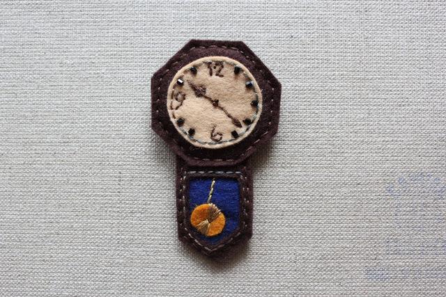 おじいちゃんのぼんぼん時計フェルトブローチC