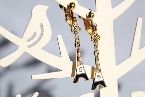 エッフェル塔と小さいクロスのイヤリング(モノトーン )