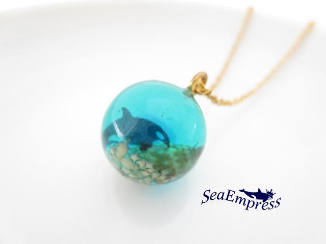 シャチと水色の海な玉ネックレス(ゴールド)
