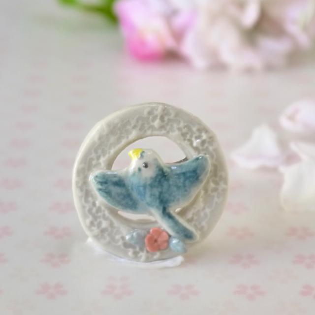 陶器の青い小鳥ブローチ「バラの花と羽...