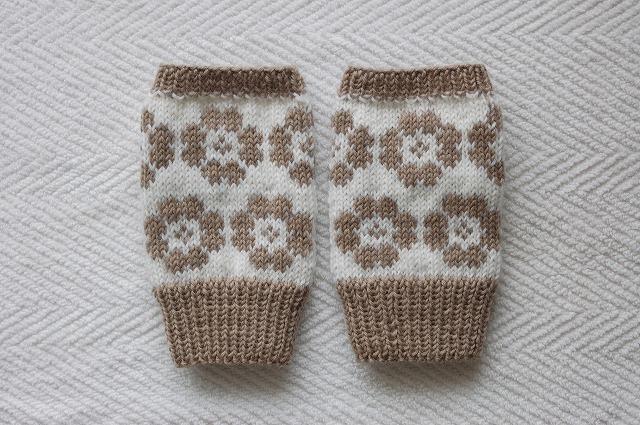 【miyamonさまリクエスト品】手編みの指なしミトン 【モカフラワー】 モカ×白