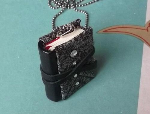 ドイツ装丸背ハードカバーのネックレス