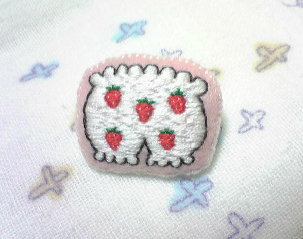 いちごパンツの ふっくら刺繍ブローチ
