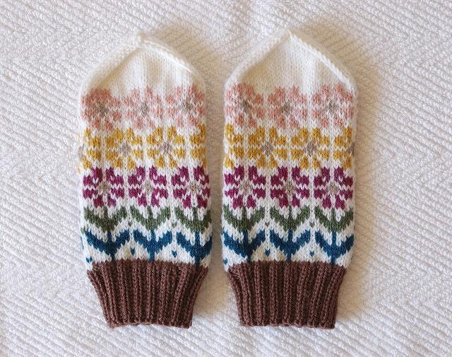 【wangankeroさまリクエスト品】手編みの三角とんがりミトン 「花園」