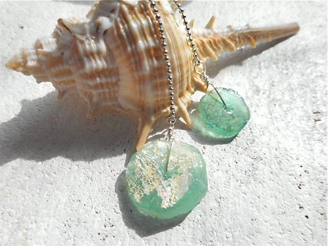 海のひとかけらのようなローマングラスのダンググリングピアス