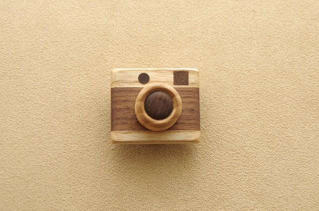 木のカメラのブローチ