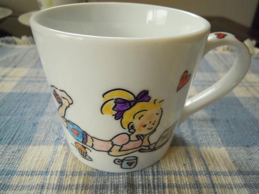 手描きのマグカップ 女の子のくつろぎタイム