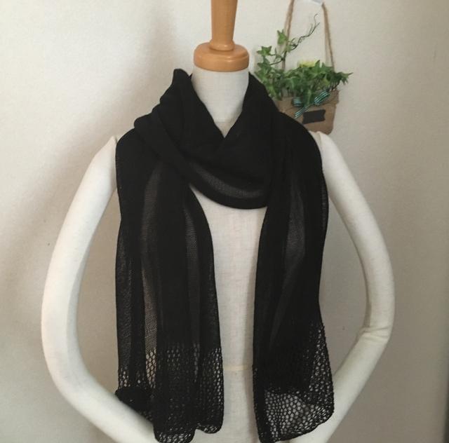 ラメ入りブラック透かし編みストール
