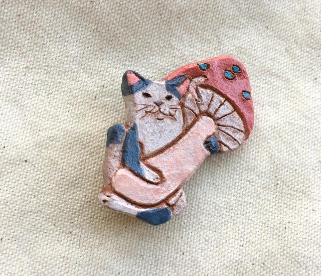 猫がキノコ ブローチ(陶土)