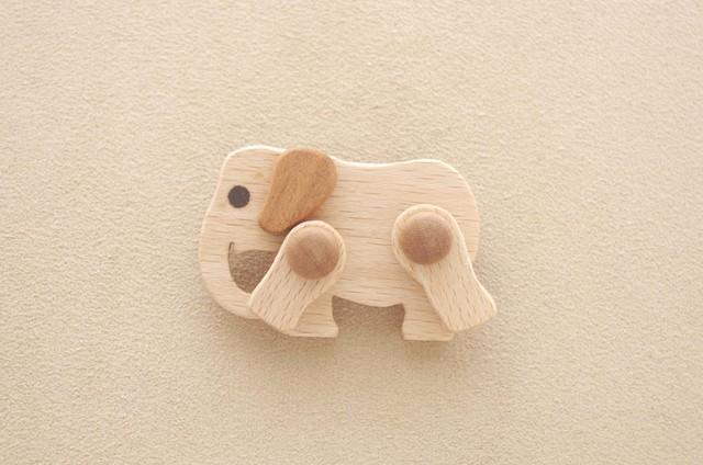 象のブローチ