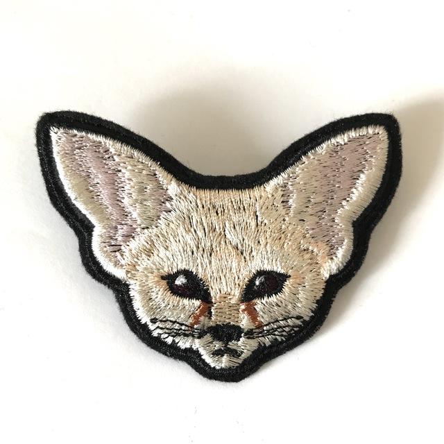 フェネックの刺繍ブローチ