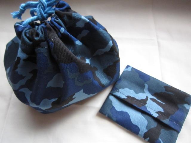 迷彩柄のお弁当袋とポケットティッシュ・ケース(ブルー)